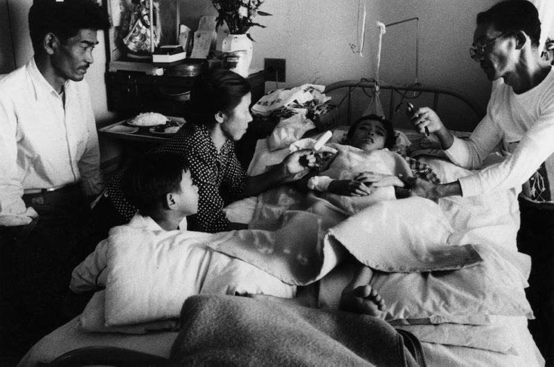 """""""La morte di Keiji"""", 1957, dalla serie """"Hiroshima"""" 457 x 560 mm. (Ken Domon Museum of Photography)"""