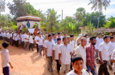 Il corteo funebre in cammino verso il tempio della cremazione