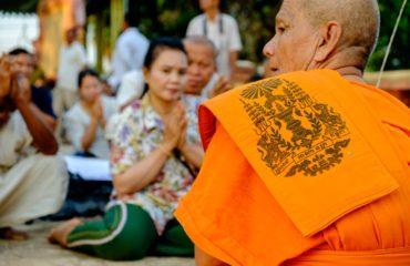 I monaci accompagnano i parenti nella preghiera