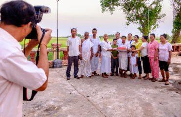 Il fotografo scatta la foto finale della famiglia nel giorno del funerale.